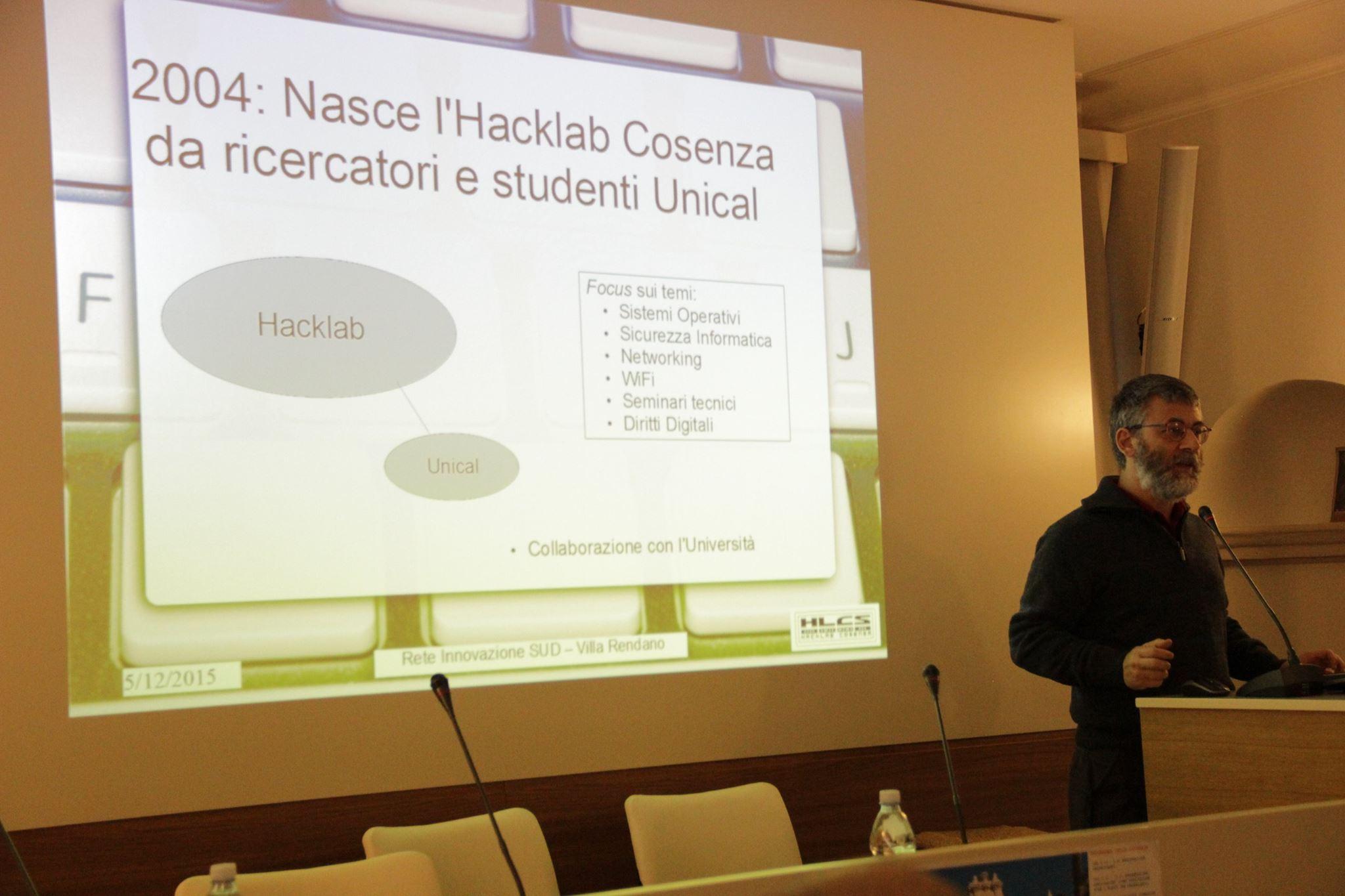 Il Presidente di Hacklab Cosenza Vincenzo Bruno illustra brevemente le attività dell'associazione e la sua struttura.